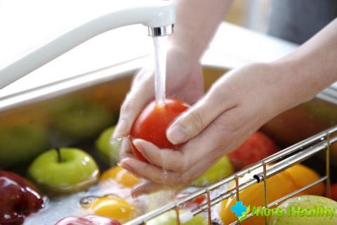 Тщательное мытье фруктов